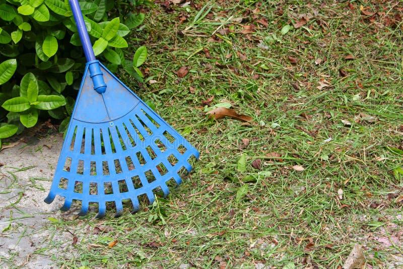 Kehren Sie Plastikblau in einem Garten stockbild