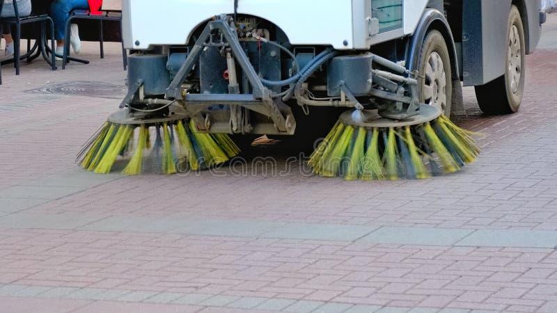 Kehrmaschineauto-Maschinenreinigung auf den Straßen lizenzfreies stockfoto