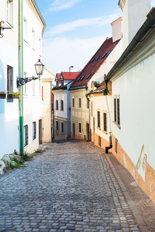Kei bedekte Beblaveho-straat in Bratislava stock afbeeldingen