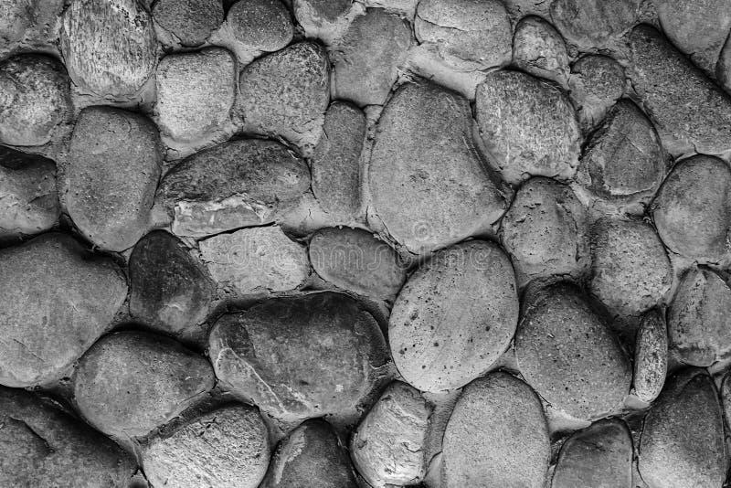 Keien grijze ovale grijze vele cobbles achtergrond die zwart-wit stedelijk ongelijk patroon stemmen stock foto's