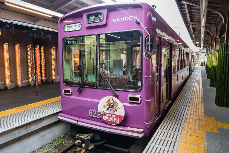 Keifuku Randen spårvagnlinje som ankommer på den Arashiyama Randen stationen arkivfoto