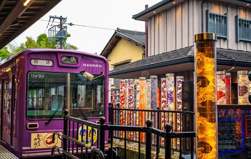 Keifuku Randen spårvagnlinje som ankommer på den Arashiyama Randen stationen i Arashiyama, Kyoto, Japan Arashiyama är ett område  royaltyfri fotografi
