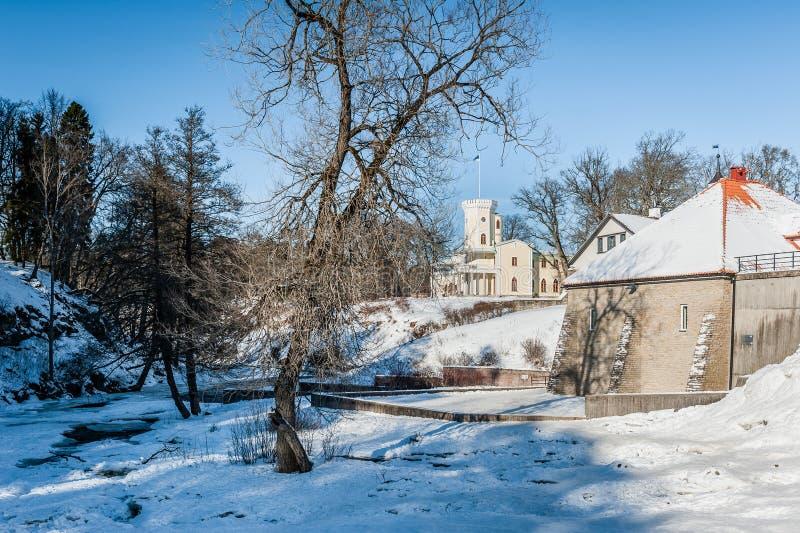 Keila-Joa, Estonia - 5 de marzo de 2018: Situación de la caída de Schloss del señorío de Keila-Joa en la ladera y la central hidr imagen de archivo libre de regalías