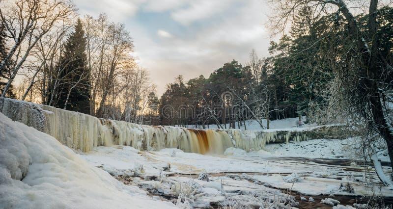 Keila-Joa siklawy panorama zima zmierzchem, Estonia obraz stock