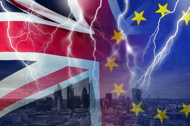 Kein Begriffsbild des Abkommens BREXIT des Blitzes über London- und Großbritannien- und EU-Flaggen, die Zerstörung der Vereinbaru stockbilder