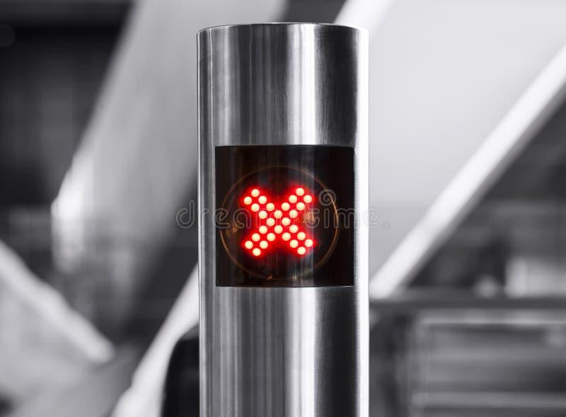 Kein digitales Licht des Eintrittszeichen-Kreuzes auf rostfreiem Pfosten stockfotografie