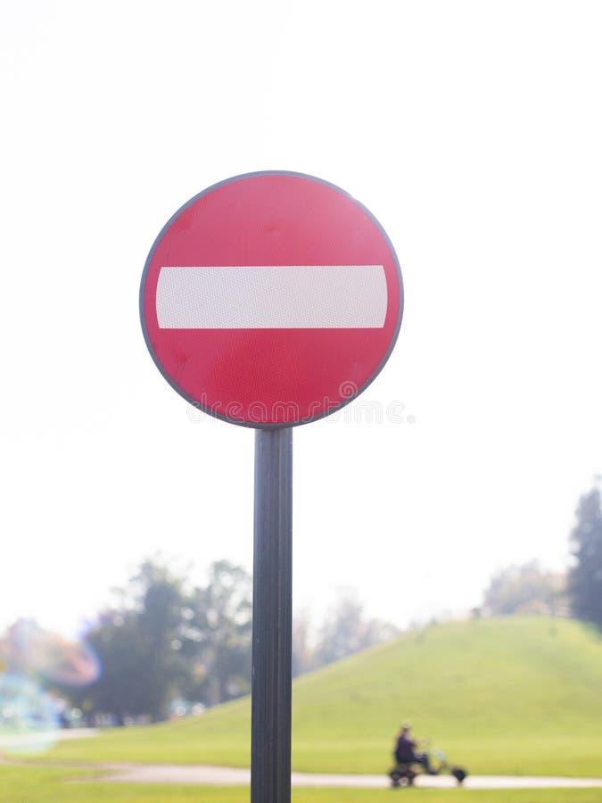 Kein Eintritt für FahrzeugVerkehrszeichen gegen Himmel lizenzfreie stockfotos