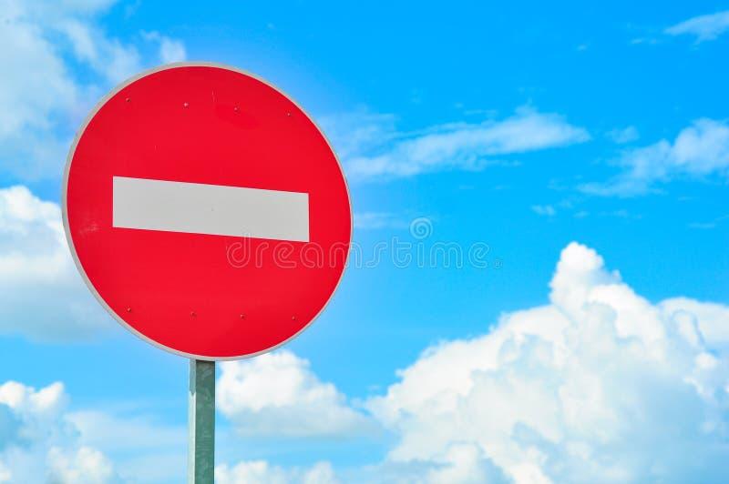 KEIN EINTRITT Verkehrszeichen gegen blauen Himmel mit Wolken lizenzfreies stockfoto