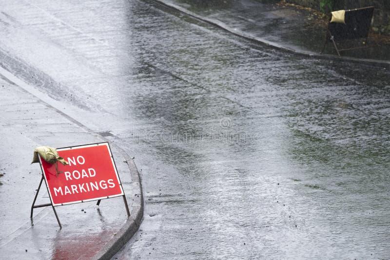 Kein Fahrbahnmarkierungszeichen auf neuem Asphaltteer stockbilder