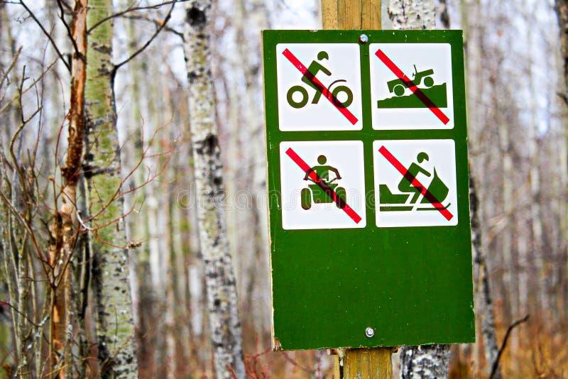 Kein Freizeitfahrzeugzeichen entlang einer Campingplatzstraße lizenzfreie stockfotografie