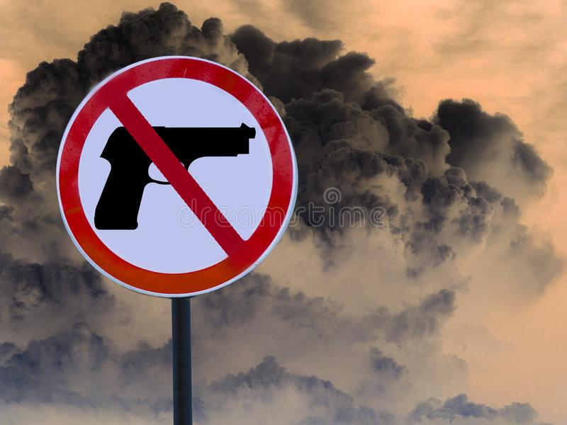 Kein Gewehr auf der Wolke von der Explosion Verkehrsschild lizenzfreie stockfotografie
