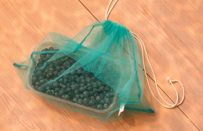 Kein null überschüssiges Konzept der Plastiktasche, Blaubeere in blauer eco Tasche lizenzfreie stockfotografie