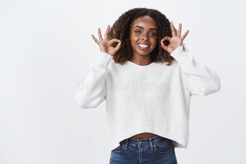 Kein Problem alles hochwertig Begeisterte sicherlich schöne dunkelhäutige lächelnde gelockte Frisur der Frau des Porträts lizenzfreie stockfotografie