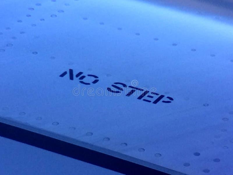 Kein Schrittbuchstabezeichen auf einem Flugzeugflügel lizenzfreies stockbild