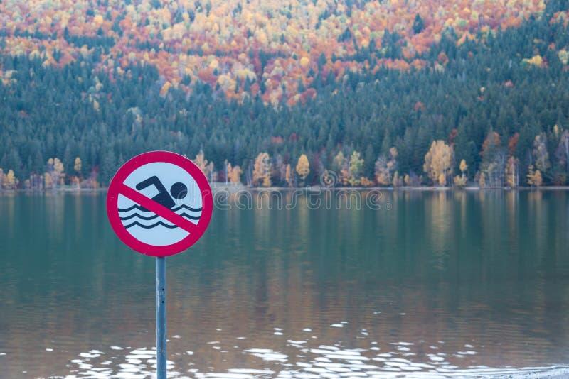 Kein Schwimmenzeichen, schöner einzigartiger vulcanic See am Herbst, See-Heiliges Ana stockbild