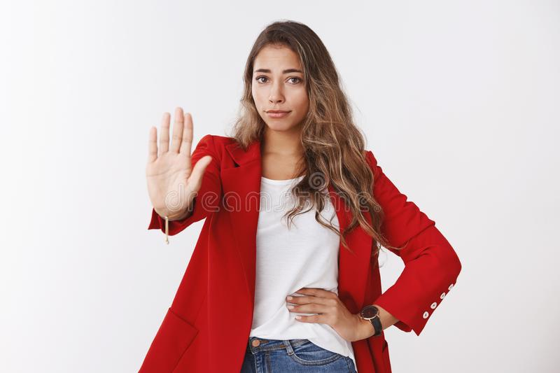 Keine Durchschnitte nie Entt?uschte unbeeindruckte ?berzeugte junge kaukasische gelockte Frau 25s des Portr?ts, die rote Jacke tr stockbild