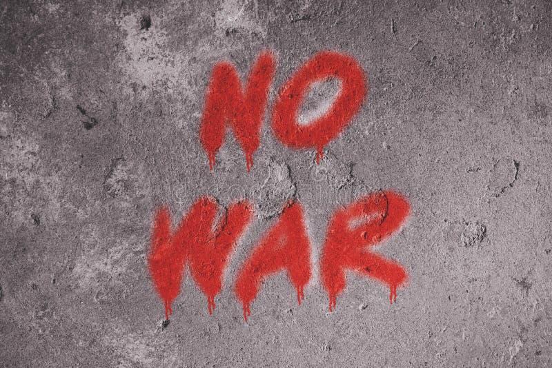 Keine Kriegstextgraffiti auf Schmutzwand stockfotos