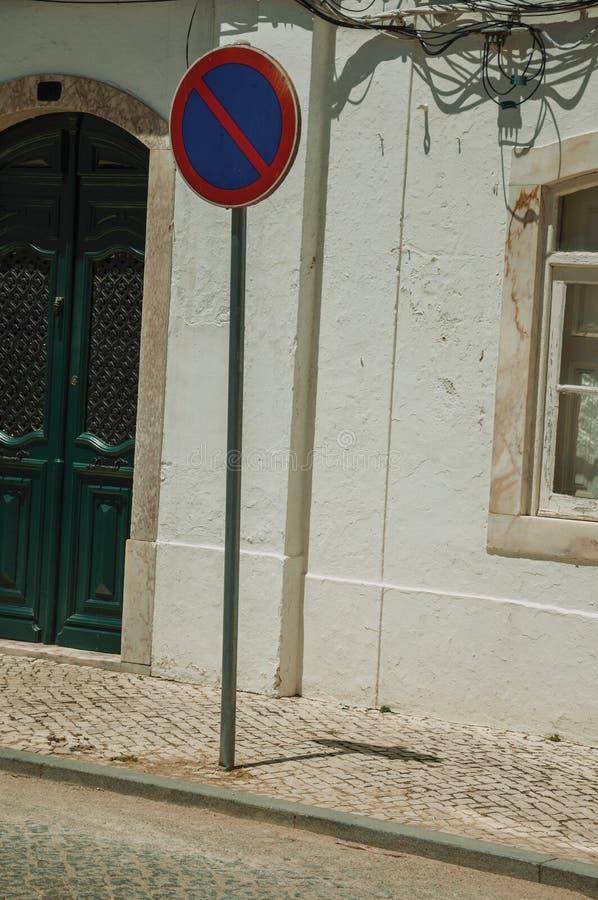 KEINE WARTEverkehrsschild- und Villenfassade mit gebrochener Wand lizenzfreies stockfoto