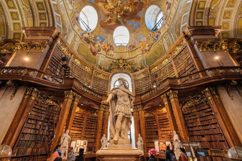 Keizer Karl VI Standbeeld in Hofburg-Bibliotheek royalty-vrije stock afbeeldingen