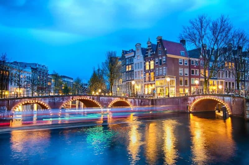Keizersgracht brosikt av den Amsterdam kanalen och historiska hus under skymningtid, Netherland royaltyfria foton