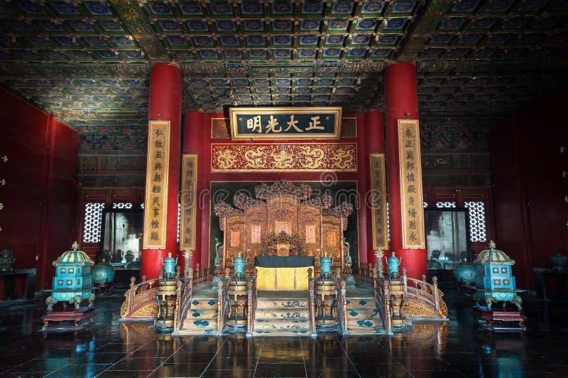 Kejsarens biskopsstol inom slotten av himla- renhet på Forbiddenet City, Peking royaltyfria foton