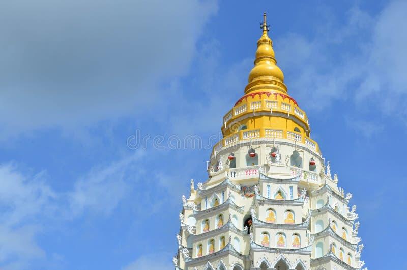 Kek的Lok Si,中国佛教寺庙a金黄和白色塔 库存图片