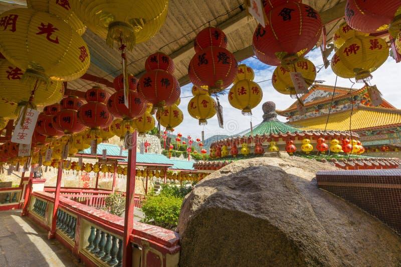 Kek Lok Si Temple adornado con las linternas de papel rojas en la isla de Penang, Malasia imagen de archivo