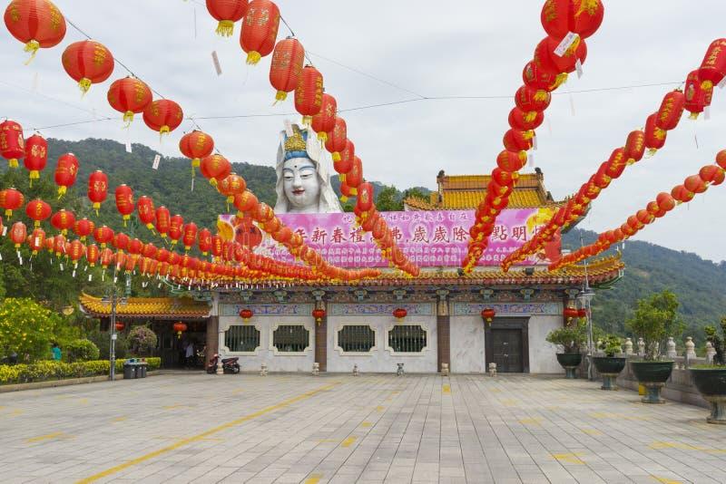 Kek Lok Si Temple som dekoreras med röda pappers- lyktor i den Penang ön, Malaysia royaltyfri fotografi