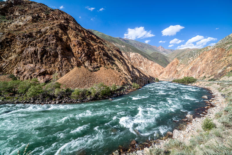 Kekemeren flod i Tien Shan berg, Kirgizistan royaltyfria foton