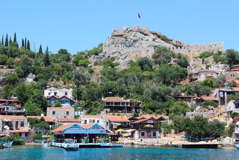 Kekova, Τουρκία 2 Ιουνίου 2017: Ακτή του νησιού στη Μεσόγειο, σύγχρονο γραφικό χωριό με τις καταστροφές στοκ εικόνες