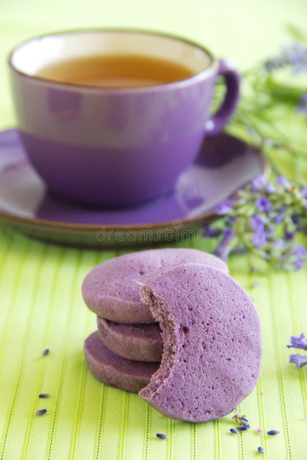Keks mit getrocknetem Lavendel stockbild