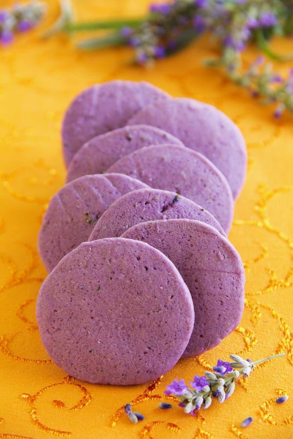 Keks mit getrocknetem Lavendel lizenzfreie stockfotos