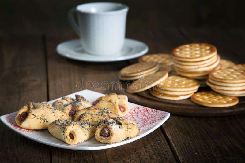 Keks mit Stau und einer Tasse Tee stockfotos
