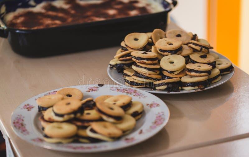 Kekse der runden Form auf Platten, Hintergrund und Vordergrund stockfotos