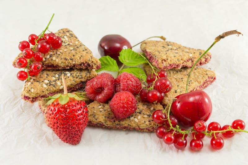 Kekse mit Erdbeerkorinthe und -kirsche stockfotografie