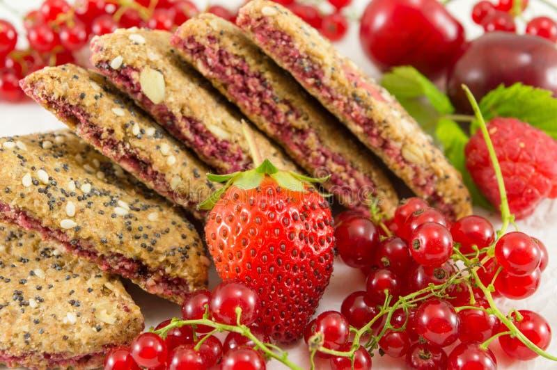 Kekse mit Erdbeerkorinthe und -kirsche stockfoto
