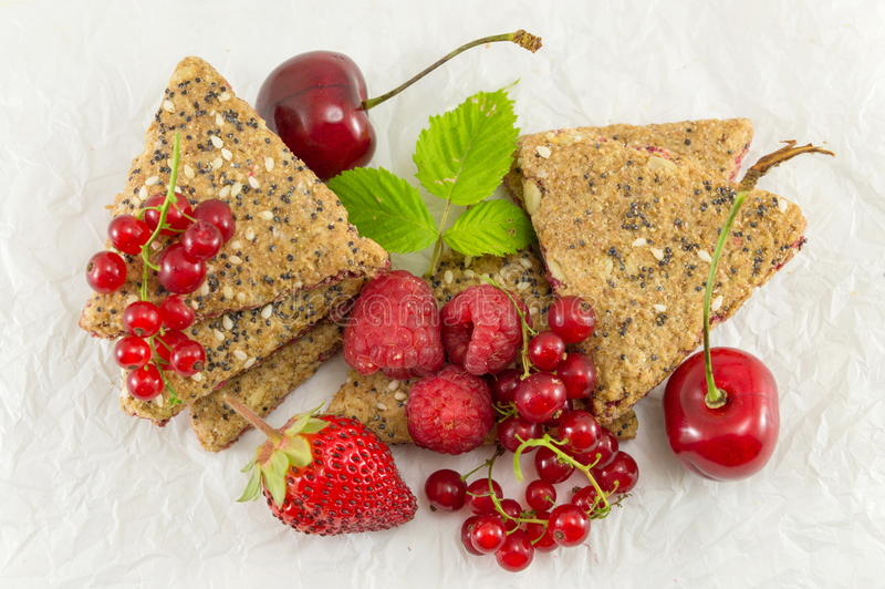 Kekse mit Erdbeerkorinthe und -kirsche lizenzfreie stockfotografie