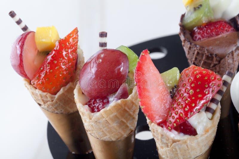 Kekskegel mit mehrfachen Arten von Früchten stockfotografie