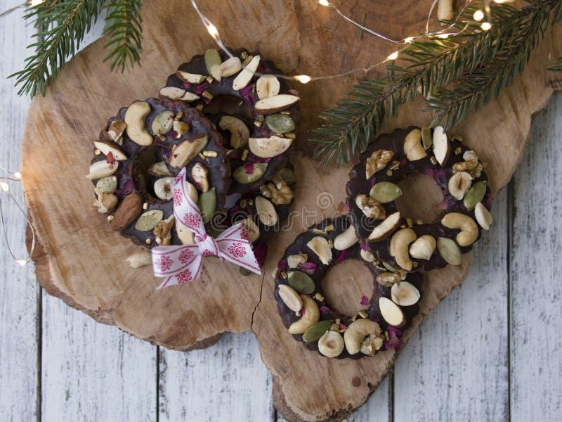 Keksplätzchen geformt als Ringe verziert mit getrockneter Kirsche und Nüssen Weihnachtsfestliche Festlichkeit stockfotografie