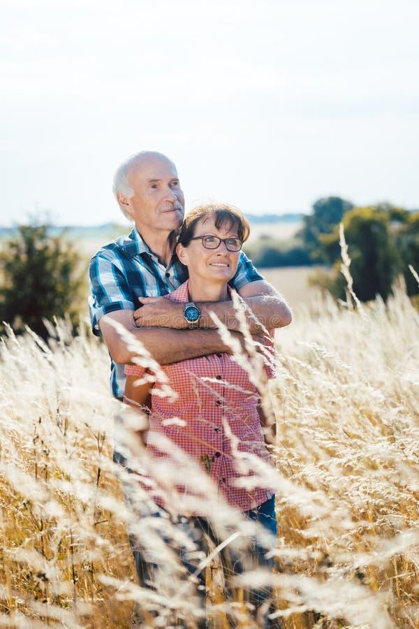 Kel för hög man med hans fru i gräset royaltyfri foto