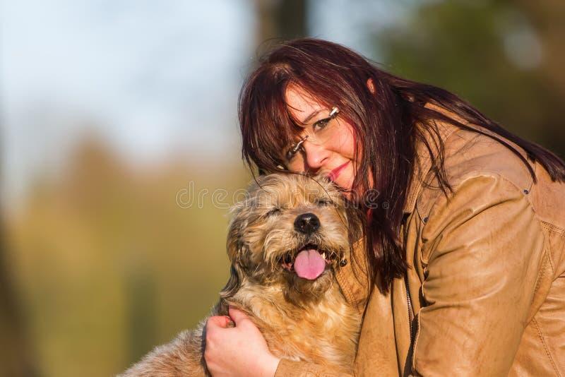 Kel för ung kvinna med en gullig hund fotografering för bildbyråer