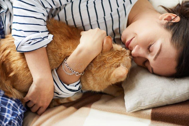 Kel för ung kvinna med katten arkivfoto