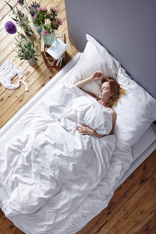 Kel i säng arkivfoto