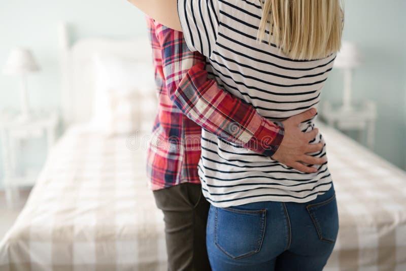 Kel och krama för par förälskad arkivfoto