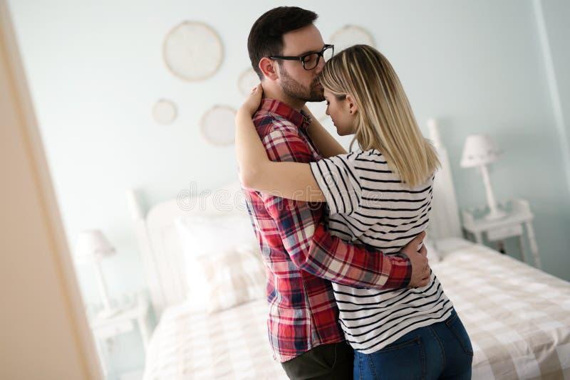 Kel och krama för par förälskad arkivbild