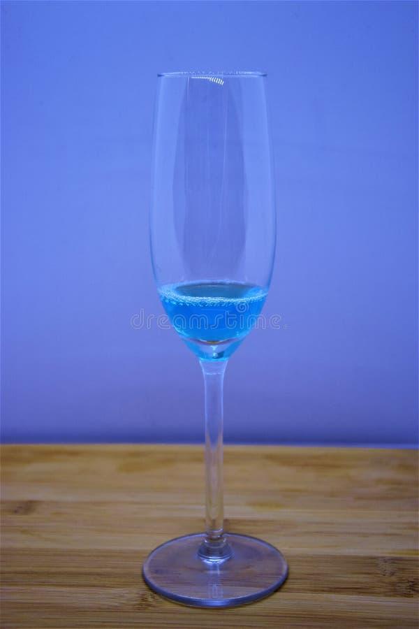 Kelch gefüllt mit blauer Flüssigkeit lizenzfreies stockbild