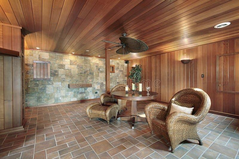 Kelderverdieping met steen en houten muren royalty-vrije stock afbeelding