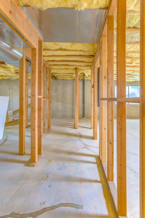 Kelderverdiepingsbouw in nieuw huis stock afbeelding