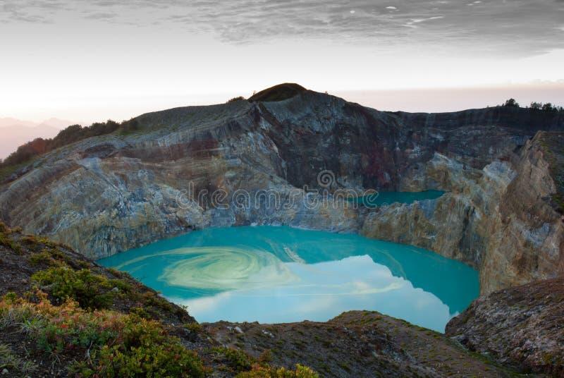 Kelimutu ha colorato il lago del cratere fotografia stock libera da diritti