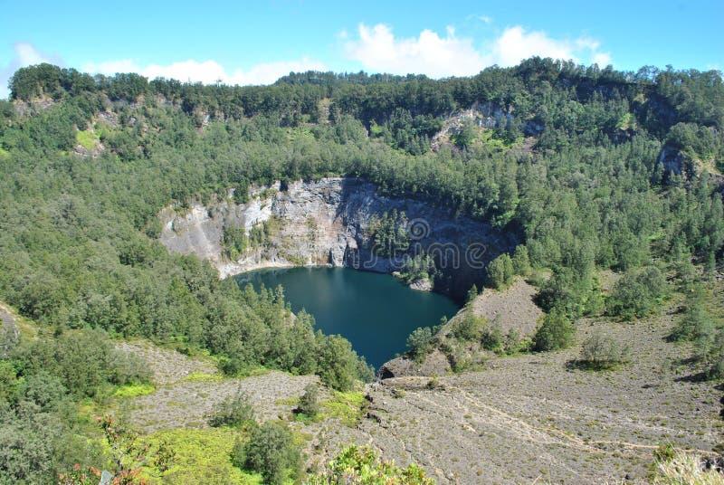 Kelimutu se compose de 3 lacs qui changent la couleur Parfois, sont temps bleus, verts, et noirs, et quelques autres qu'ils tourn image libre de droits